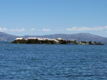Arribem a l'illa flotant d'Uros