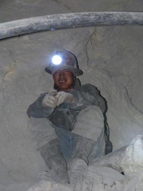 Del sostre ens apareix un miner que ens pregunta d'on som