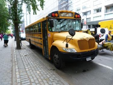 Els típics autobusos escolars grocs també existeixen