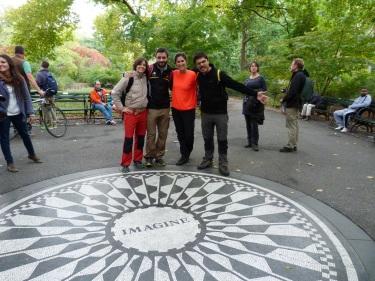 Amb la Júlia i en Pau al mosaic en record a John Lennon, a Central Park