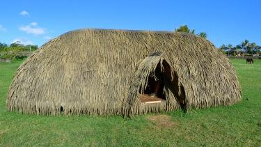 Reconstrucció d'una antiga cabana tradicional rapanui en forma de vaixell capgirat