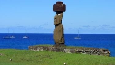 Moai complet amb el seu Pukao (tocat), el seu Ahu (plataforma) i els ulls fets de corall