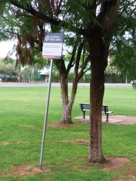 Cartells per tot el poble prohibeixen el consum d'alcohol degut als problemes que sovint causen els aborigens al consumir-lo
