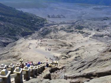 Després de pujar unes quantes escales arribem al cràter