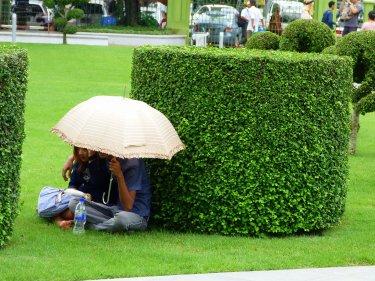 A Myanmar no està massa ben vist la mostra d'afecte en públic, així que les parelletes s'amaguen als parcs sota els paraigües
