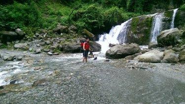 Travessant la cascada que cau pel mig de la carretera